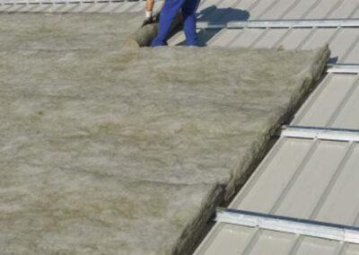 Instalación de aislante térmico sobre una cubierta industrial